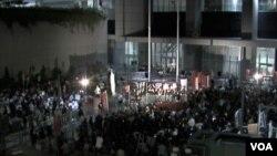 香港支持和反對國民教育科的兩個團體分別在香港政府總部外集會(美國之音 譚嘉琪拍攝)