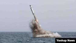 북한은 지난 5월 전략잠수함에서 탄도탄수중시험발사에 성공했다고 발표했다. 북한 로동신문에 실린 사진.