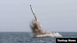 북한은 지난패 5월 전략잠수함에서 탄도탄수중시험발사에 성공했다고 발표했다. 북한 노동신문에 실린 사진. (자료사진)
