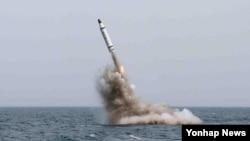 북한은 지난해 5월 전략잠수함에서 탄도탄수중시험발사에 성공했다고 발표했다. 북한 관영 매체 노동신문에 실린 사진.
