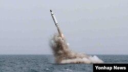 북한이 지난해 5월 전략잠수함에서 탄도탄수중시험발사에 성공했다고 발표했다. 북한 노동신문 보도 사진. (자료사진)