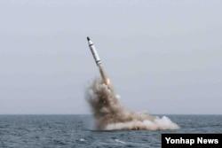 북한이 지난해 5월 전략잠수함에서 탄도시마일 수중시험발사에 성공했다며 공개한 사진. 북한 조선중앙TV는 당시 김정은 국무위원장이 시험발사를 참관했다고 전했다.