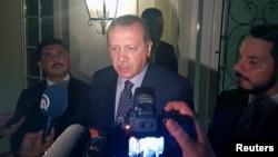 Presidente turco, RecepTayyipErdogan, em conferência de imprensa no aeroporto de Istambul.