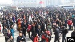中国第十二届全国人民代表大会第三次会议3月5日在北京人民大会堂开幕,图为现场人潮。(美国之音东方拍摄)