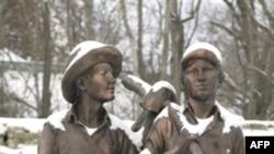 Памятник Тому Сойеру и Геку Финну в г. Ганнибал, шт. Миссури