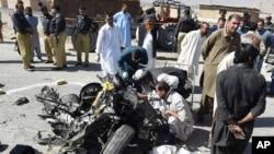 18일 파키스탄 쿠에타에서 이슬람 무장조직 탈레반의 자살폭탄 테러가 발생했다. 경찰이 사건 현장을 수색하고 있다.