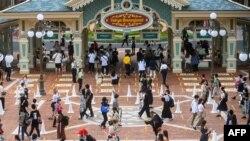 មនុស្សម្នាមកដល់សួនកម្សាន្ត Tokyo Disneyland នៅពេលកន្លែងនេះត្រូវបានបើកដំណើរការឡើងវិញក្នុងទីក្រុង Urayasu កាលពីថ្ងៃ០១ កក្កដា ឆ្នាំ២០២០។