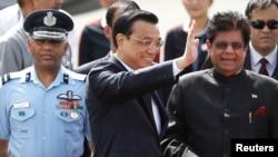 Thủ tướng Trung Quốc Lý Khắc Cường (giữa) vẫy chào khi đến sân bay New Delhi, ngày 19/5/2013.