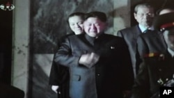 從12月27日北韓電視台的照片顯示﹐北韓已故領導人金正日的兒子金正恩26日在平壤的錦繡宮接見訪客時擦拭眼淚。