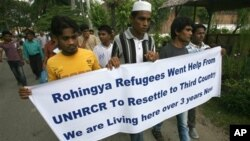 Para pengungsi dari etnis Rohingya memegang spanduk dalam unjuk rasa menuntut UNHCR segera dikirim ke permukiman di negara ketiga. (AP/Binsar Bakkara)