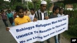 Anggota kelompok etnis Rohingya yang mengungsi ke Medan, Sumatera Utara, berdemonstrasi menuntut bantuan dari lembaga pengungsi PBB UNHCR. (AP/Binsar Bakkara)