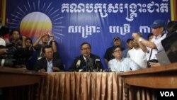 ທ່ານ Sam Rainsy (ກາງ) ປະທານພັກກູ້ຊາດ ຫລື CNRP ກ່າວຕໍ່ກອງປະຊຸມນັກຂ່າວ.