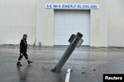 Azerbaycan'ın Mingaçevir kentindeki Mingaçevir Hidroelektrik Santralı'na Ermenistan'ın attığı iddia edilen, infilak etmemiş BM-30 Smerch roketi