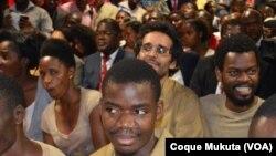 Le rappeur angolais Luaty Beirão ainsi que d'autres opposants angolais assis devant le tribunal à Luanda, Angola, 16 novembre 2015
