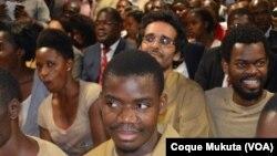 Le militant angolais Luaty Beirao (2ème rang au centre) à Luanda, en Angola le 16 novembre 2015.