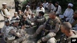دو امریکی فوجی افغانستان کے ایک گاؤں میں مترجم جوش حبیب (بائیں) کی مدد سے لوگوں سے بات کر رہے ہیں۔ فائل فوٹو