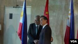 中国外长王毅(右)与菲律宾外长德尔罗萨里奥会面(2015年11月10日,美国之音黎堡摄)