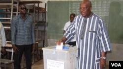 Le président Roch Marc Christian Kabore vote pour les municipales au Burkina le 22 mai 2016 à Ouagadougou. (VOA/Zoumana Wonogo)