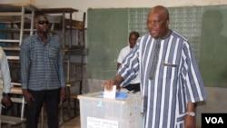 Le président du Burkina Roch Marc Christian Kabore vote pour les municipales au Burkina