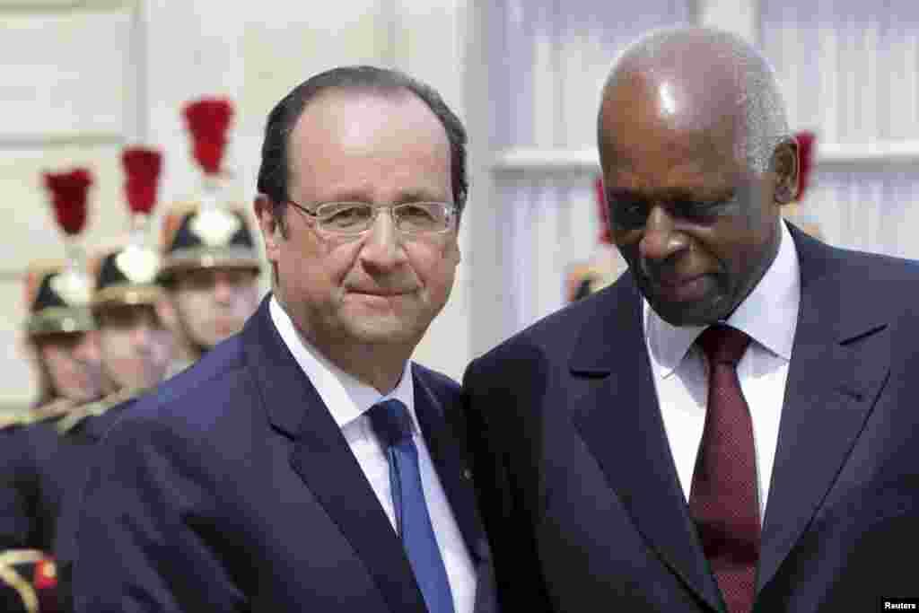 O Presidente francês François Hollande (à esquerda) dá as boas-vindas ao Presidente angolano José Eduardo dos Santos no Palácio do Eliseu em Paris, Abril 29, 2014. REUTERS/Philippe Wojazer