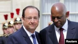 O Presidente francês François Hollande (à esquerda) e Presidente angolano José Eduardo dos Santos