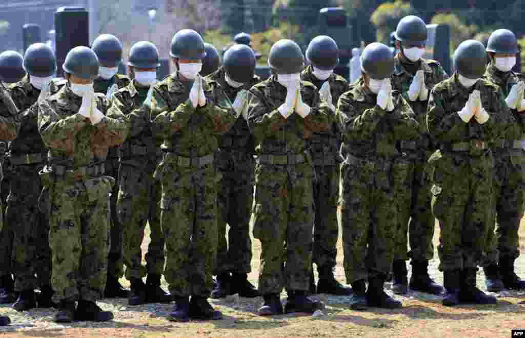Подразделение японских сил самообороны молиться за жертв 11 марта
