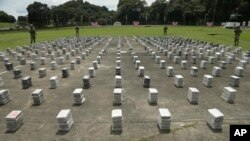 Petugas Polisi Air dan Udara Panama berjaga di sekitar bungkusan-bungkusan paket kokain yang disusun di pangkalan angkatan laut di Panama City, Senin, 17 Oktober 2016.