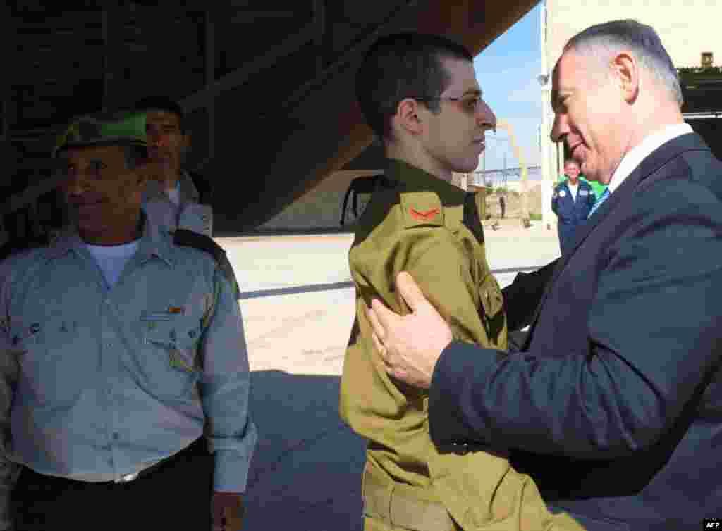 18/10: Thủ tướng Benjamin Netanyahu đón mừng binh sỹ Gilad Shalit tại căn cứ không quân Tel Nof ở trung bộ Israel. Anh đã trở về hôm thứ ba sau 5 năm bị phe Hamas bắt giữ. Hàng trăm tù nhân Palestine được trả tự do để đánh đổi trong vụ này được giới lãnh