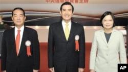 宋楚瑜(左)、马英九、蔡英文(右)在发表政见之前