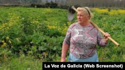 Dolores Leis, de 64 años, habla con sencillez de su repentina fama, y dice que lo que más le importa es la salud de sus cosechas y una plaga que está afectando sus cultivos de papas. FOTO: La Voz de Galicia.