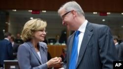 西班牙财政大臣萨尔加多(左)与欧盟经济事务专员瑞恩11月8日在布鲁塞尔