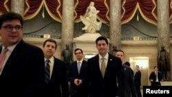 ប្រធានសភាតំណាងរាស្ត្រ លោក Paul Ryan ធ្វើដំណើរនៅសភាដើម្បីបោះឆ្នោតលើថវិកា ដើម្បីរក្សារដ្ឋាភិបាលសហព័ន្ធកុំឲ្យមានការបិទ កាលពីថ្ងៃទី១៨ ខែមករា។