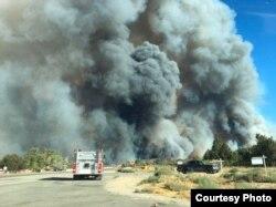许多山林社区被迫疏散(圣贝纳迪诺县消防队提供照片)