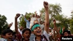 12일 라호르시에서 총선 결과가 발표되자 파키스탄무슬림리그 지지자들이 환호하고 있다