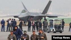 지난해 10월 경기도 성남시 서울공항에서 열린 '서울 국제 항공우주 및 방위산업 전시회' 개막식에서 참석자들이 F-22 스텔스 전투기를 살펴보고 있다.