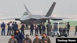 20일 경기도 성남시 서울공항에서 열린 '서울 국제 항공우주 및 방위산업 전시회' 개막식에서 참석자들이 F-22 랩터 전투기를 살펴보고 있다.
