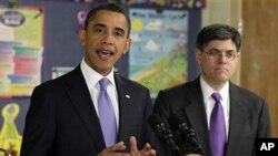 奧巴馬總統星期一發表演講。旁邊是預選辦公室主任雅各布.劉。