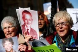Những người phụ nữ tham gia cuộc tuần hành kêu gọi không dung thứ xâm hại tình dục trẻ em, tại Vatican, Rome, Ý, ngày 23 tháng 2, 2019.