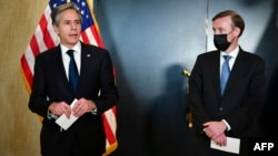 Američki državni sekretar Entoni Blinken (levo) i savetnik za nacionalnu bezbednost Džejk Sullivan (desno) tokom obraćanja medijima posle sastanka sa kineskom delegacijom u Enkoridžu, 19. marta 2021. (Foto: AFP/Frederic J. Brown)