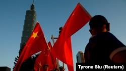 親中人士在台北地標性建築101大樓前高舉中國國旗。(資料圖片)