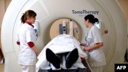 프랑스 북부 도시 릴의 한 병원에서 암환자가 방사선 치료의 하나인 토모테라피 치료를 받고있다.