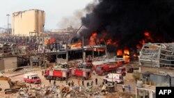 Petugas pemadam kebakaran Lebanon berupaya memadamkan api di area pelabuhan Beirut, 10 September 2020. -