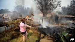 居民正在嘗試撲滅山火
