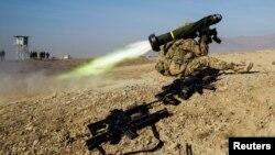 Binh sĩ Mỹ phóng tên lửa vác vai Javelin trong một cuộc tập luyện gần căn cứ Gamberi trong tỉnh Laghman ở Afghanistan, ngày 1/1/2015.