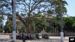Grevistas concentrados junto ao Palácio do Governador de Benguela