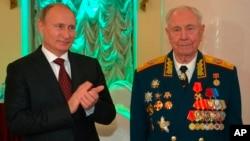 Владимир Путин поздравляет маршала Дмитрия Язова с 90-летием в Москве, Россия, 8 ноября 2014