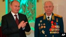 Владимир Путин поздравляет бывшего министра обороны СССР, маршала Дмитрия Язова с 90-летием. Москва, Россия, 8 ноября 2014