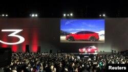 Tesla perkenalkan satu dari Model 3 yang pertama yang diluncurkan dari lini produksi pabriknya di Fremon dalam sebuah acara di fasilitas perushaan tersebut di Fremont, California, AS, 28 Juli 2017 (foto: REUTERS/Alexandria Sage)