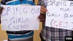 Dalibai rike da alluna masu kiran gwamnati ta dauki matakin nemo dalibai mata sama da 200 da aka sace a makaratarsu dake Cibok, Jihar Borno.