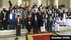 Para ulama Indonesia, Pakistan, dan Afghanistan yang menghadiri konferensi trilateral pada saat membacakan Bogor Ulema Declaration of Peace (Deklarasi Ulama untuk Perdamaian) di Istana Kepresidenan Bogor, 11 Mei 2018 (Foto: VOA/Ahadian Utama).